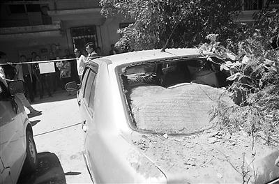 兰州大砂坪一工地施工不慎压塌围墙 4辆车遭殃(图)