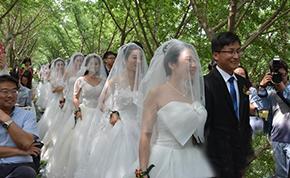 中国矿大举行集体婚礼 校长为毕业生情侣证婚