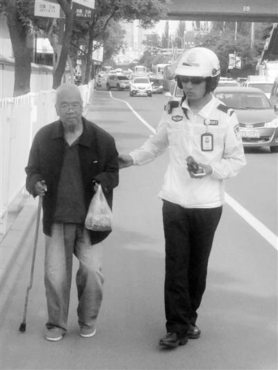 兰州:79岁老人外出吃饭迷路 执勤交警驾车将其送回家(图)