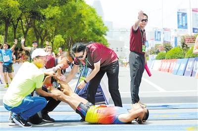 【兰州国际马拉松赛】近2000名腿脚抽筋运动员获治疗