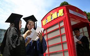 """南京高校毕业生走进朗读亭""""放声""""颂师恩"""