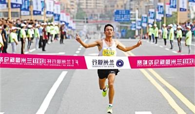 【兰州国际马拉松赛】半程男女前三名 甘肃省选手占5个(图)