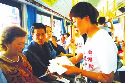 兰州:志愿者倡导文明旅游(图)