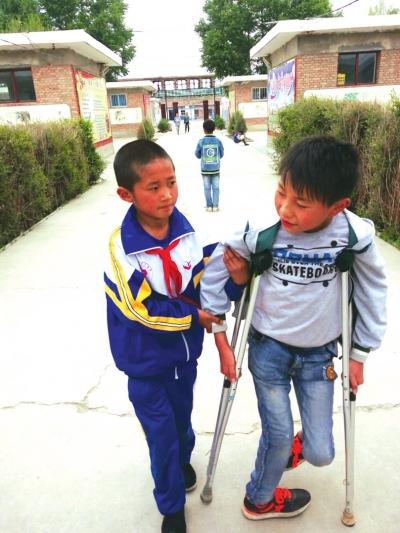 兰州9岁少年赵建雄崇德向善 坚持照顾残疾同学三年不言弃(图)
