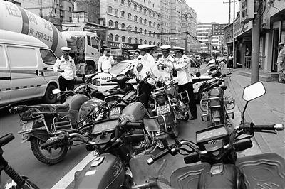 兰州七里河交警大队开展辖区内摩托车违法行为专项整治行动(图)