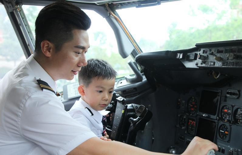 父亲节将至 空少爸爸带孩子体验空乘工作