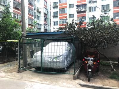 兰州:环境卫生差僵尸车停放私自设地锁占公共绿地  四角楼附近环境亟待改善