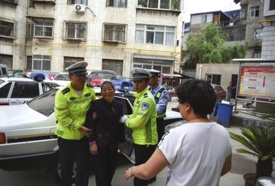兰州:老奶奶出门买药迷路 好民警驾车送她回家