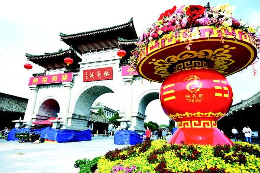 天水伏羲庙东牌楼两侧巨型花篮摆放完成(图)