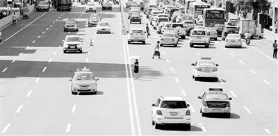 记者关注丨兰州街头仍有不少行人随意违反交规横穿马路