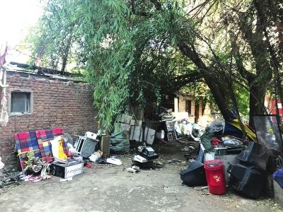 垃圾成堆杂物挡道墙面乱涂乱画 兰州城关多个老旧小区环境卫生堪忧