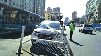 兰州:轿车失控撞坏隔离栏