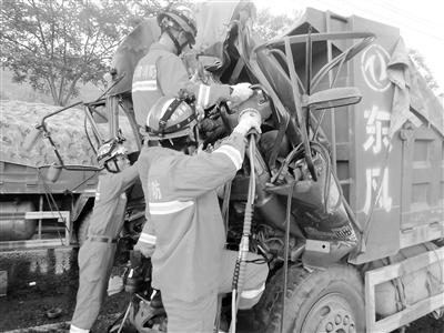 兰州:两车追尾司机被困 消防官兵破拆施救(图)