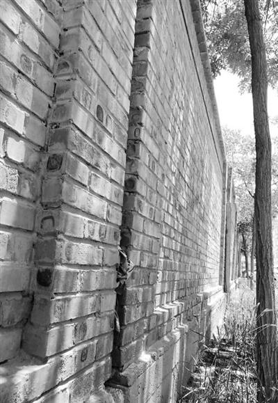 兰州一小区围墙倾斜居民忧 呼吁有关部门快维修