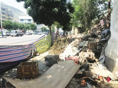 兰州:私自占道围墙坍塌 背街小巷环境卫生需重视