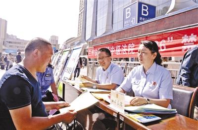 兰州铁路公安处组织民警在兰州火车站举行禁毒宣传活动(图)