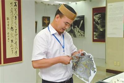 """小剪刀大艺术  ——记临夏州首届""""河州工匠""""提名奖剪纸大师马俊"""