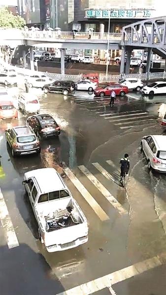 兰州西固区强降雨公交运行受影响(图)