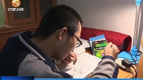 [甘肃新闻]母亲十二年艰辛陪读 残疾青年魏祥梦圆清华