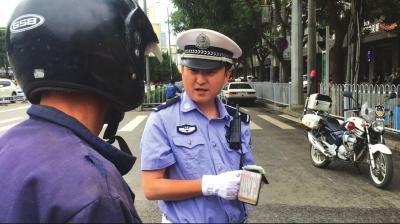 """兰州90后交警赵亮:""""干好工作是咱的本分!""""(图)"""