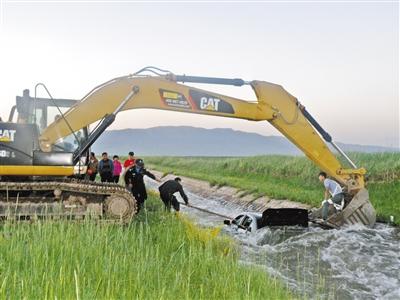 自驾游车辆不慎落水 张掖山丹马场警民紧急救援(图)