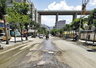 兰州九州花坛附近:路面破败坑洼污水横流(图)