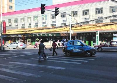 兰州:机动车斑马线上不礼让行人随处可见 交通不文明行为时有发生(图)