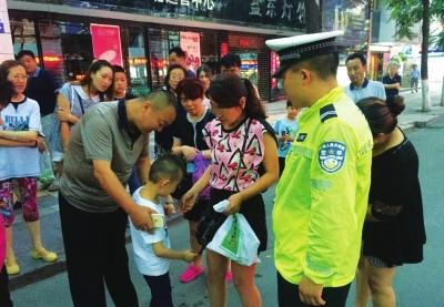 兰州:孩子走失急哭家长 交警帮忙幸运找回