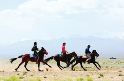 酒泉肃北县举办赛马会庆祝蒙古族传统节日
