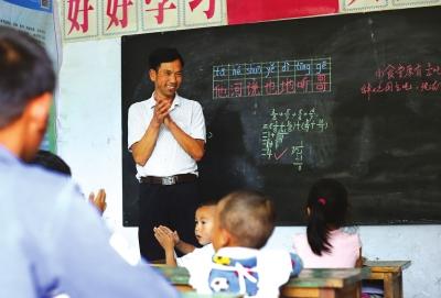 在山里孩子心中种下爱和奉献的种子——记陇南尚家山小学代课教师周永福