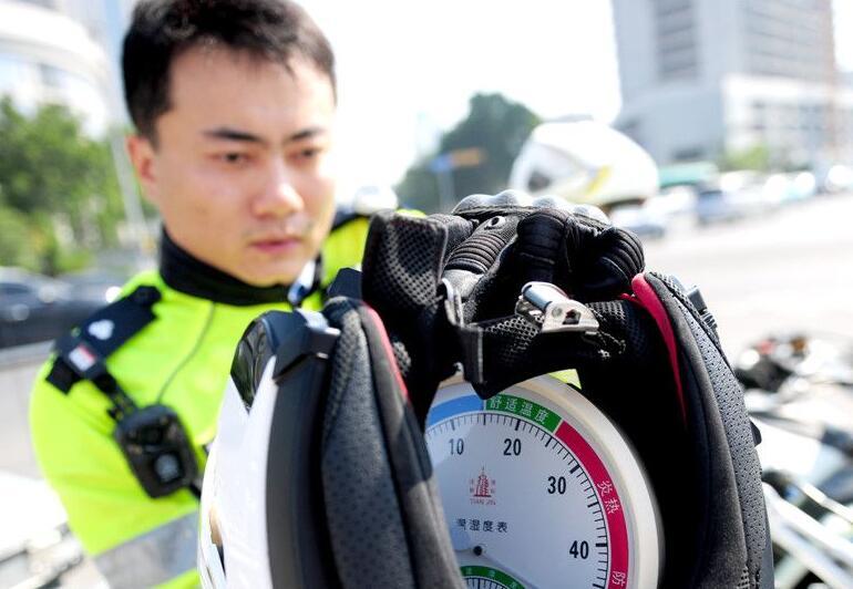 高温下的坚守——山东济南骑警40度高温下执勤