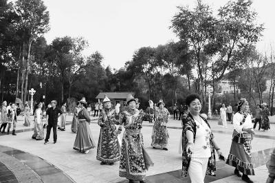 张掖肃南县文化馆定期组织文艺工作者带领群众学跳民族舞蹈(图)