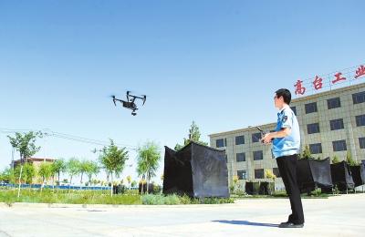 张掖高台县环境监察大队用无人航拍器对工业园区环境进行监测(图)