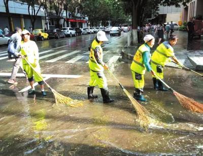 兰州昨日强降雨街头扫水忙(图)