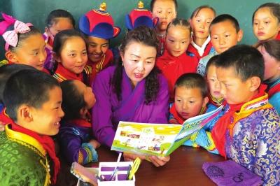 舍不得草原孩子的乌妈妈——记酒泉肃北蒙古族学校教师乌日娜