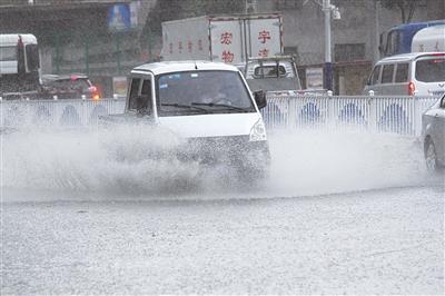兰州突降大雨 给市民送来一丝凉爽 (图)