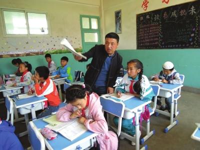 用爱和责任打开孩子的心灵——记临夏州广河县买家巷镇曾家小学乡村教师马正华