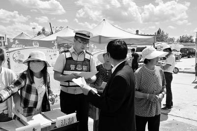 张掖市山丹县公安局交警大队联合乡政府、乡司法所等部门开展大劝导活动
