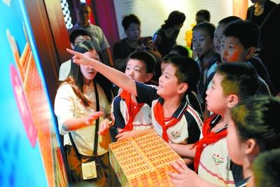 北京:故宫新展带游客趣读紫禁城