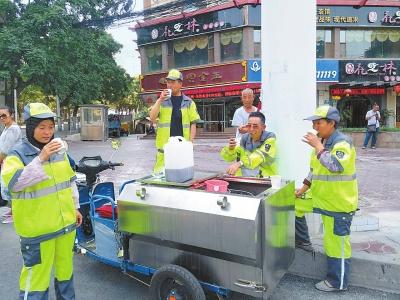 兰州市城关区环卫局保洁一公司二站为保洁员送去消暑饮品