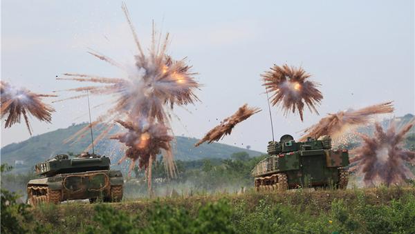 装甲集群实弹射击 低空引爆似焰火