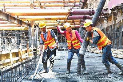 兰州地铁1号线一期工程东方红广场站封底施工正在紧张进行