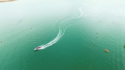 游客在临夏州永靖县刘家峡水库乘坐快艇休闲避暑