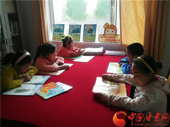 """张掖临泽县沙河镇农家书屋成为留守儿童""""暑期乐园""""(图)"""