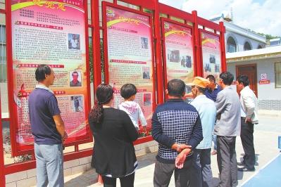 庆阳华池县张桥村村民观看展览(图)