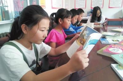 """兰州市西固区农家书屋成为孩子的""""暑期乐园""""(图)"""