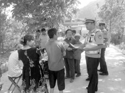 陇南市两当县交警:庙会期间强化交通安全宣传(图)