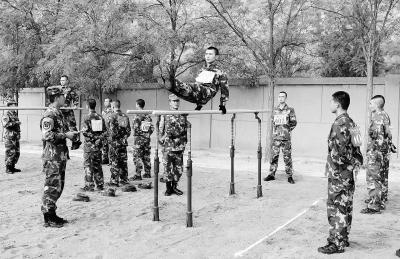武警甘肃总队兰州支队组织军事训练比武竞赛 欢庆建军90周年(图)