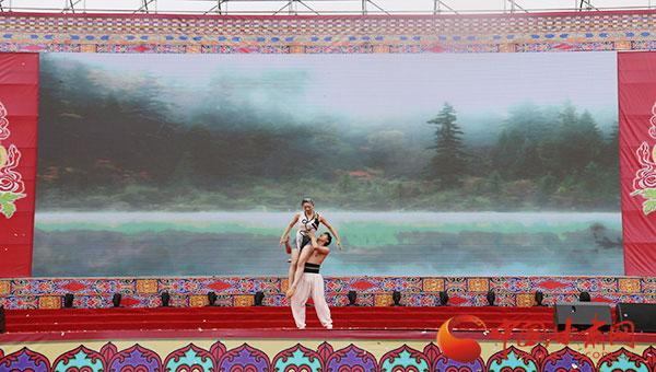 第六届中国·碌曲锅庄舞表演暨首届房车旅游大会开幕 1600余名队员参赛(图)