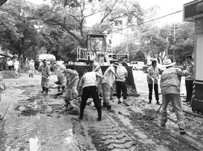暴雨过后兰州市第三十四中至肉联厂路段被泥覆盖 百人突击队9小时清理淤泥200余吨